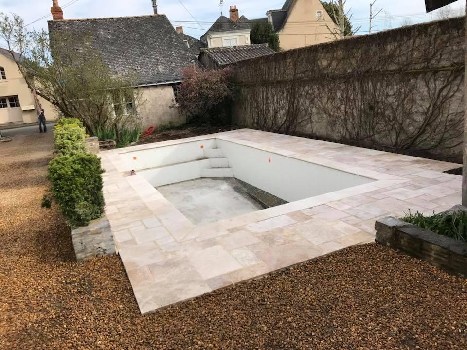 Terrasse de piscine en travertin mix opus