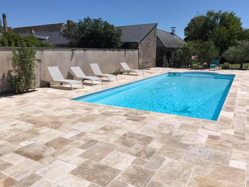 Terrasse de piscine en travertin opus